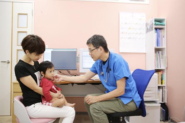たらちねクリニックで診察中の藤田医師