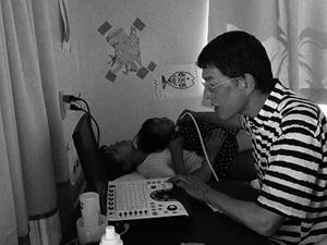 球美の里で、甲状腺の検診を受ける子どもと、医師の藤田操さん。